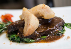 Guancia agli amaretti con pere e cicoria - Capannina ristoranti pizzerie Torino
