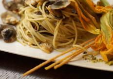 Spaghetti a Vongole e fiori di zucca - Ristoranti pizzerie torino