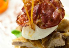 Scottata di tonno con burratina e coppa croccante - La Capannina ristorante pizzeria Torino